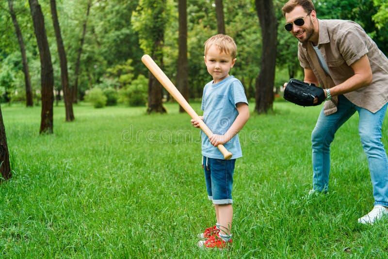 fader och son som spelar baseball tillsammans arkivfoton