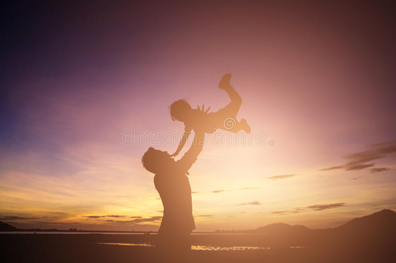 Fader och son som spelar på solnedgångtiden Begrepp av vänskapsmatch f arkivbild