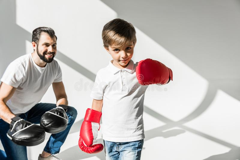 Fader och son som tillsammans boxas arkivbild