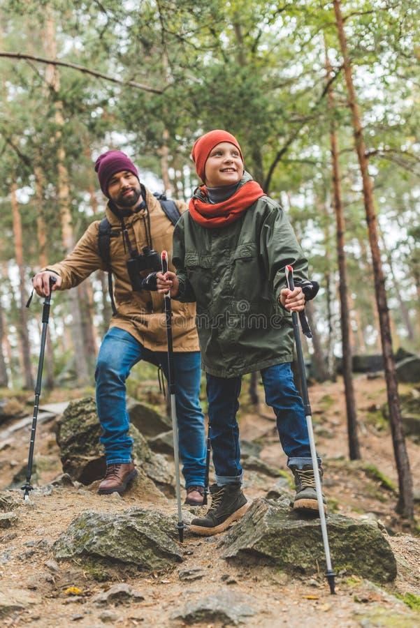 Fader och son som tillsammans trekking royaltyfri foto