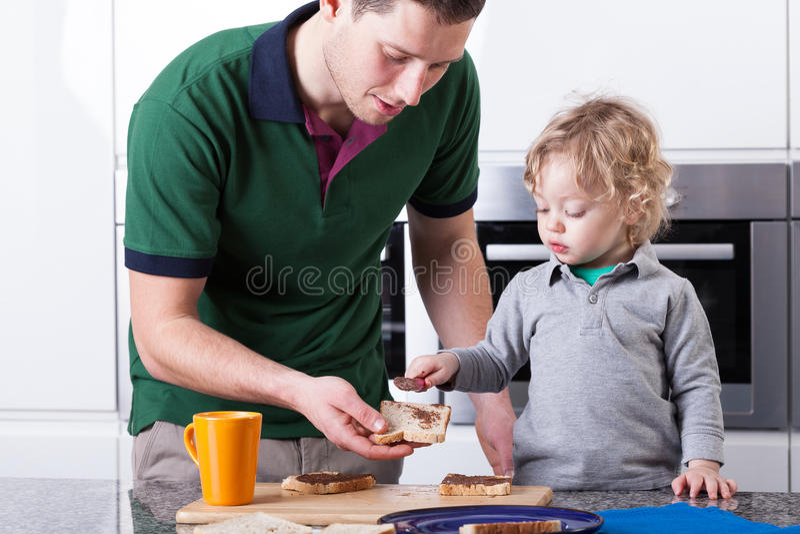 Fader- och sondanande frukosterar tillsammans fotografering för bildbyråer