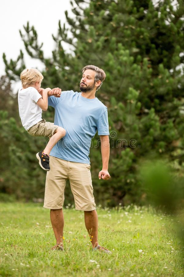 Fader- och sonlekråkurr arkivbild