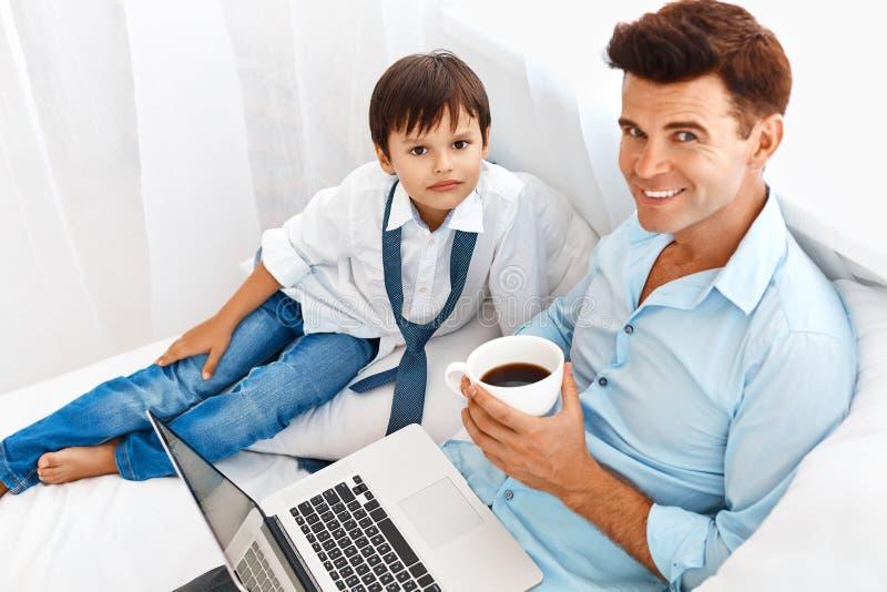 Fader- och sonmorgon tillsammans arkivbilder