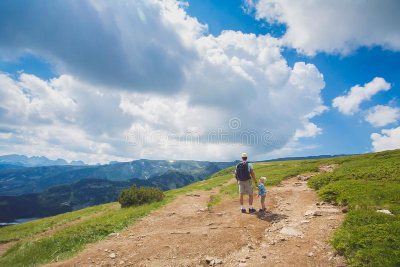 Fader- och sonresande i Rila bergBulgarien royaltyfri bild