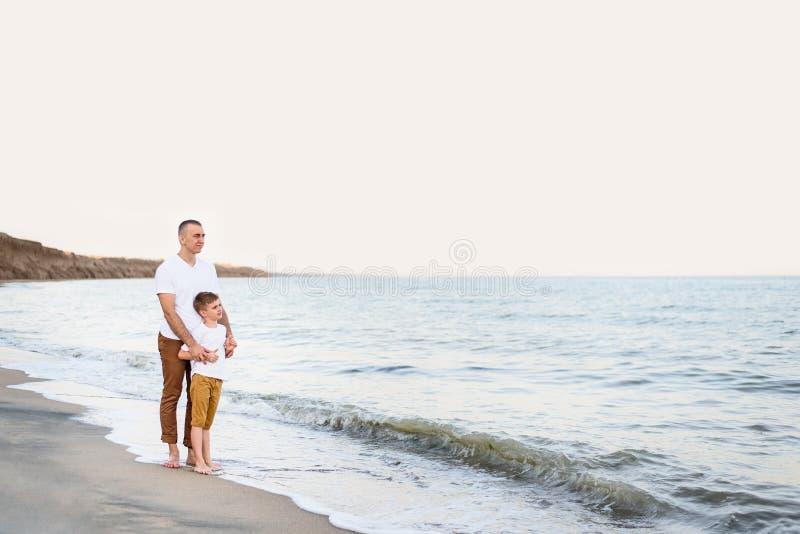 Fader- och sonstag på semestern för familj för havskust kamratskap fotografering för bildbyråer