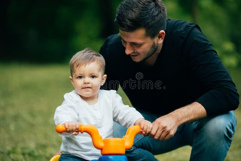 fader- och sonundervisning som ska ridas arkivfoton