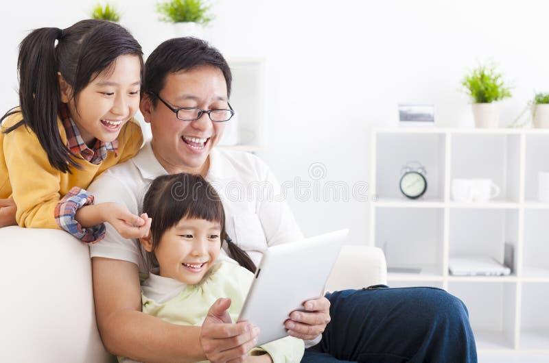 fader som använder minnestavlaPC med små flickor royaltyfria foton