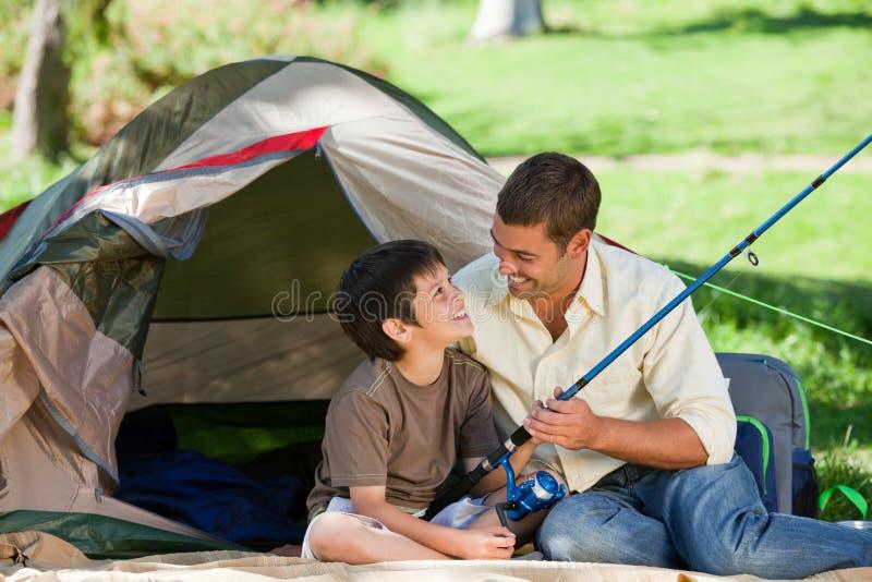 fader som fiskar hans son arkivfoton
