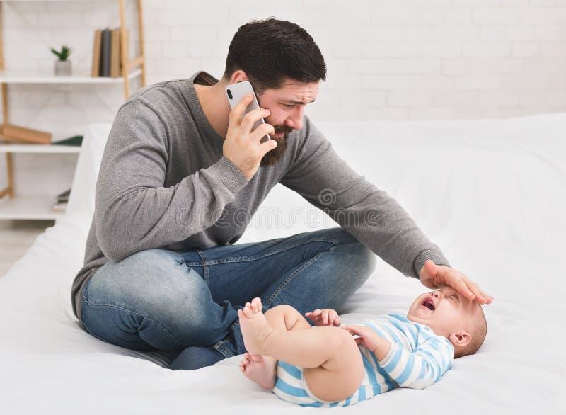 Fader som kontrollerar temperatur och kallar för att manipulera arkivbild