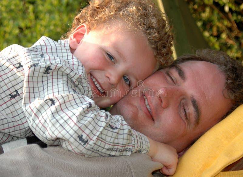 fader som kramar sonen royaltyfria bilder