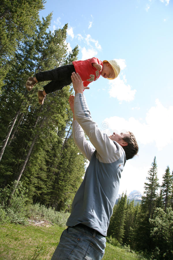 Fader som leker med sonen arkivbilder