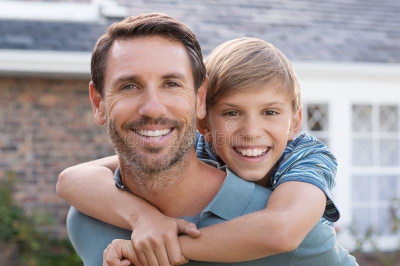 Fader som på ryggen ger ritt fotografering för bildbyråer