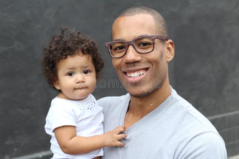 Fader som rymmer hans gulliga lilla dotter royaltyfria bilder