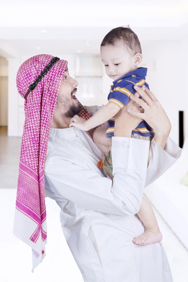Fader som skrattar med hans hemmastadda barn royaltyfri fotografi