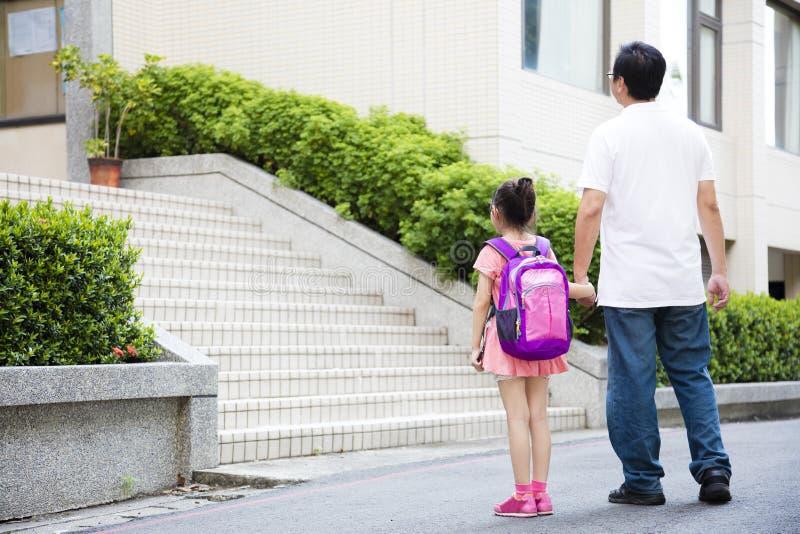 Fader Walking To School med barn royaltyfri bild