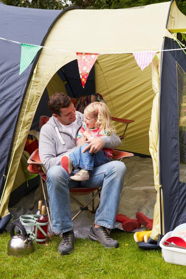 FaderAnd Daughter Enjoying campa ferie på campingplats arkivfoto