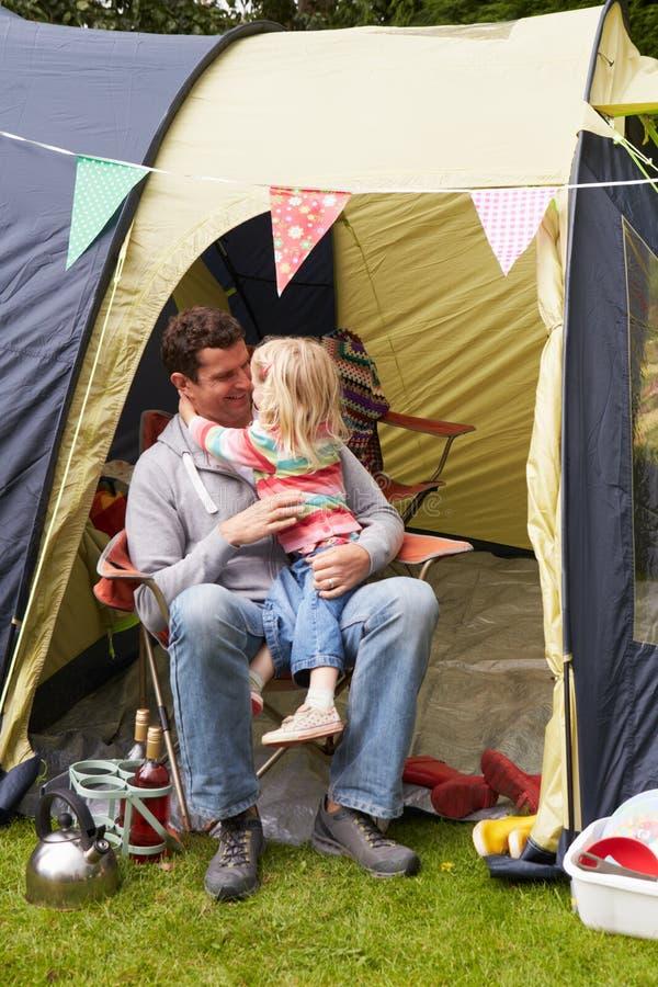 FaderAnd Daughter Enjoying campa ferie på campingplats royaltyfria foton
