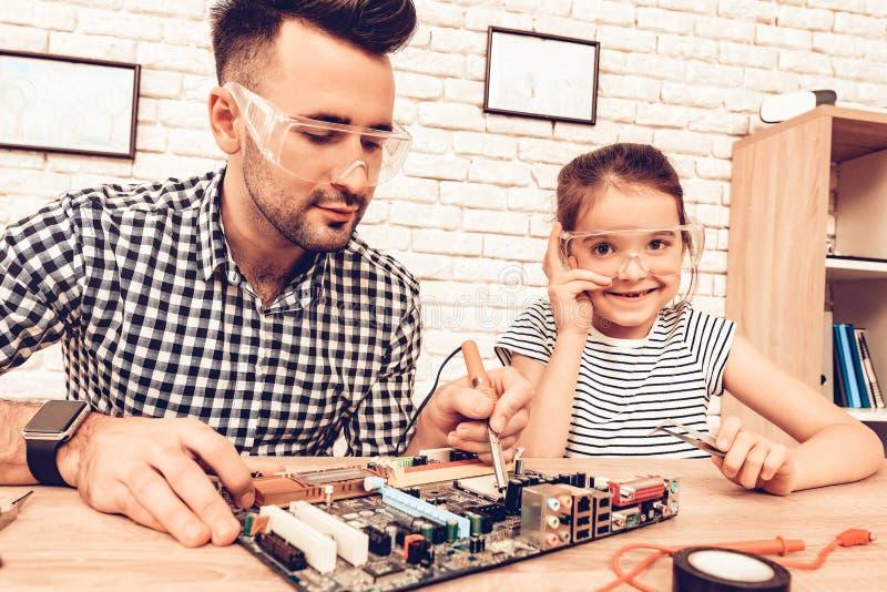 FaderAnd Daughter On soffa Spendera tid tillsammans dagfader s inre white  Reservdel arkivfoto
