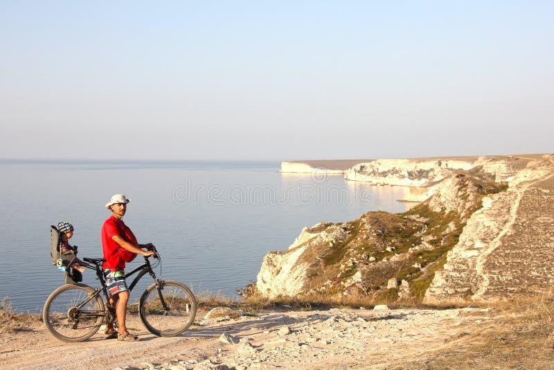 FaderAnd Son On cykel fotografering för bildbyråer
