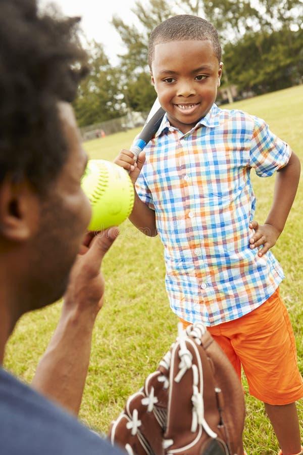 FaderAnd Son Playing baseball parkerar in royaltyfria bilder