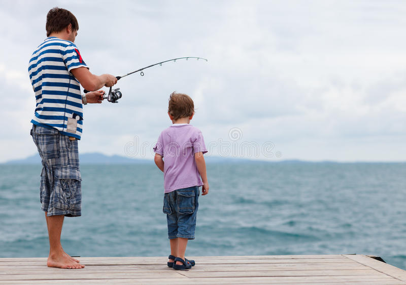 faderfiskeson tillsammans arkivfoton