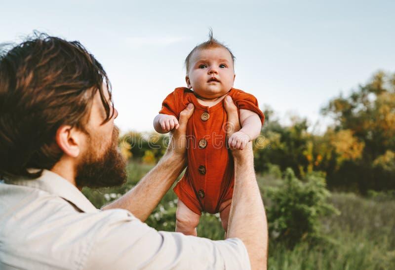 Faderinnehavet behandla som ett barn dotterfamiljlivsstil arkivfoton