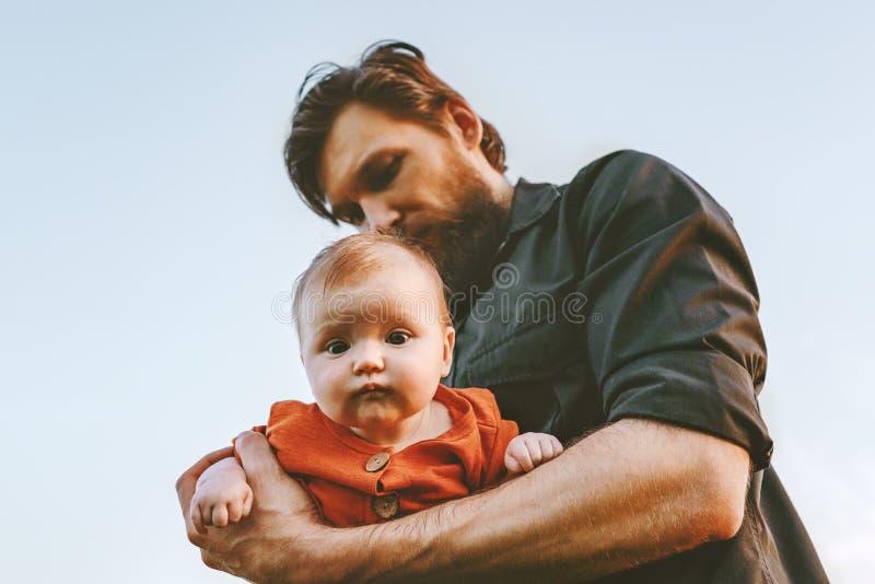 Faderinnehavspädbarnet behandla som ett barn ferie för faderdag arkivfoton