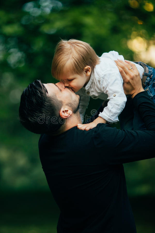 Faderkyss hans son fotografering för bildbyråer