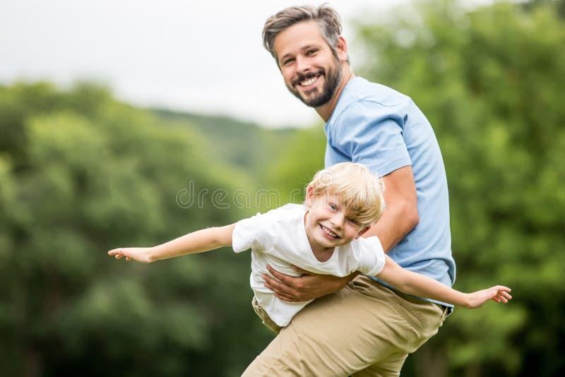 Faderlekar med sonen fotografering för bildbyråer