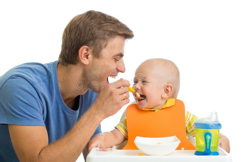 Fadermatning behandla som ett barn sonen royaltyfria foton