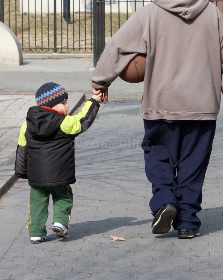 fadern hands holdingsonen fotografering för bildbyråer
