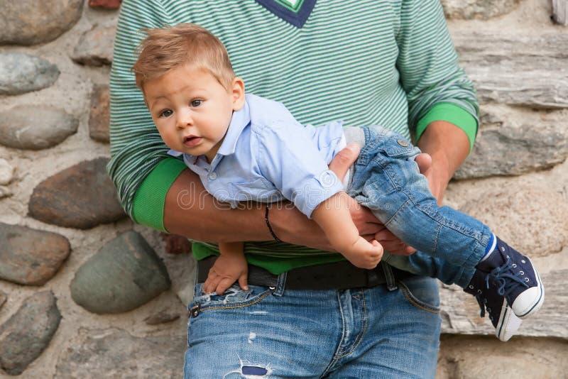 Fadern med behandla som ett barn royaltyfri fotografi