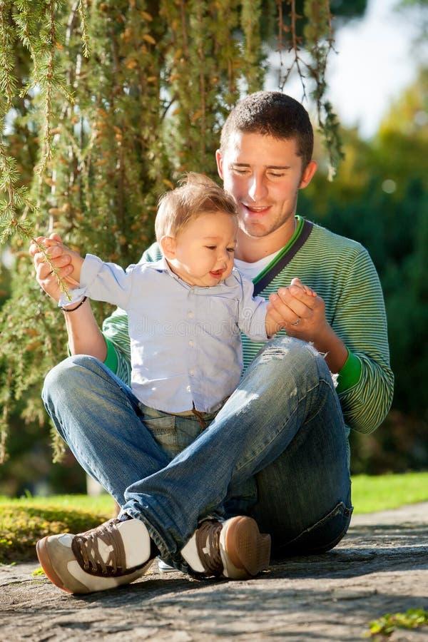 Fadern med behandla som ett barn arkivfoton