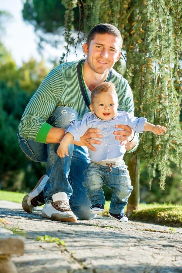 Fadern med behandla som ett barn royaltyfria foton