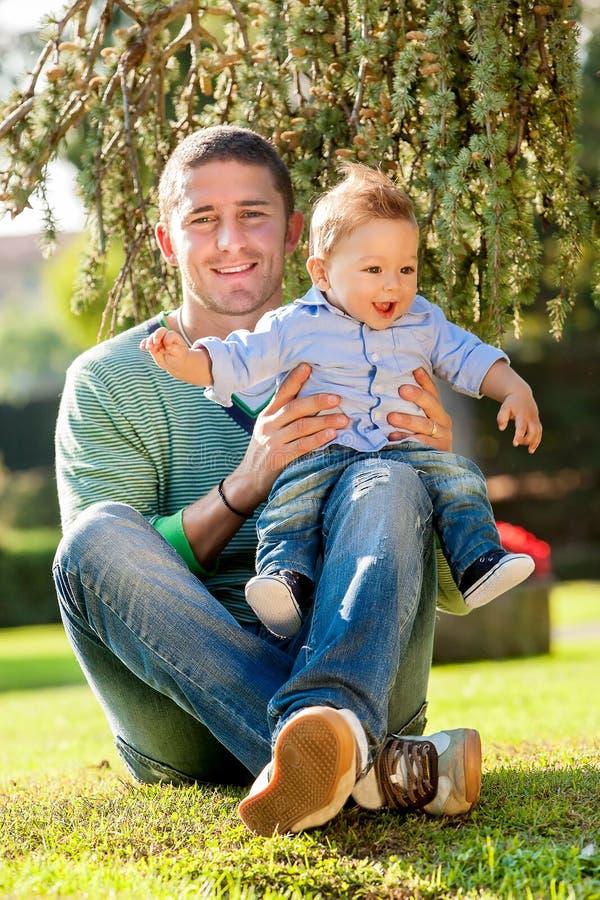 Fadern med behandla som ett barn arkivfoto