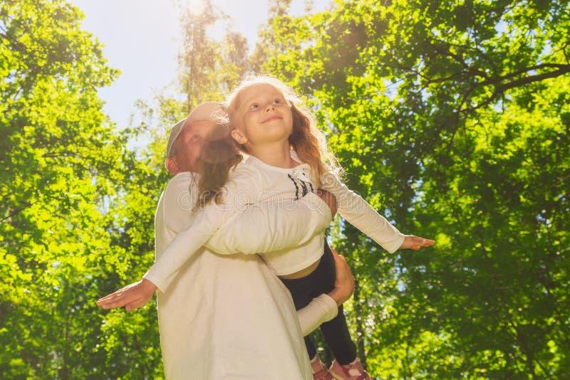 Fadern med dottern i sommar parkerar royaltyfria foton