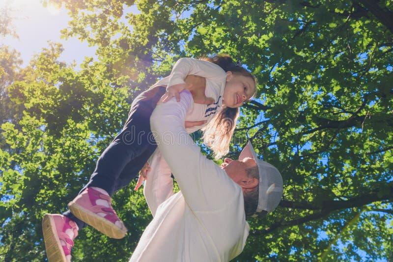 Fadern med dottern i sommar parkerar arkivbilder
