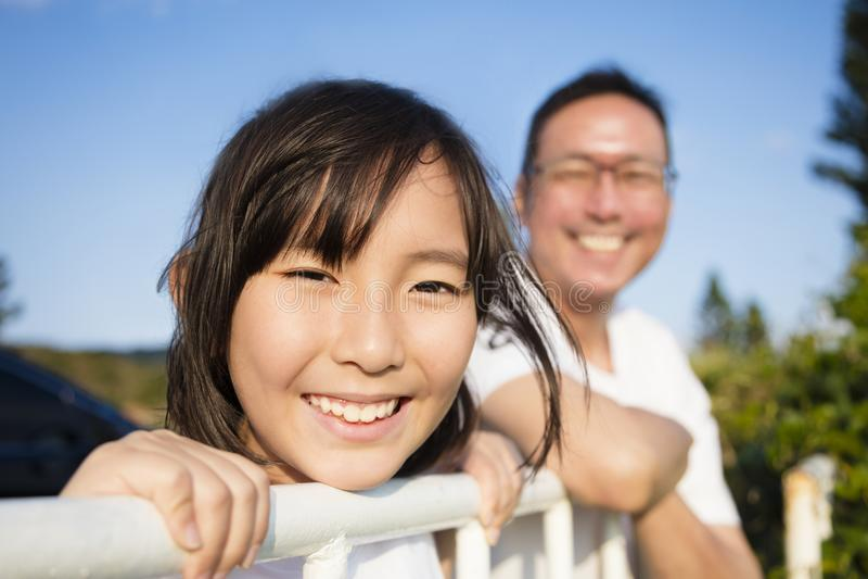 Fadern med dottern tycker om sikten royaltyfri foto