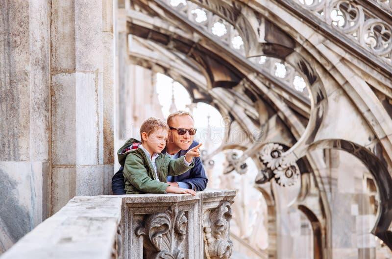 Fadern med sonturister är på taket av Milan Cathedral arkivbild