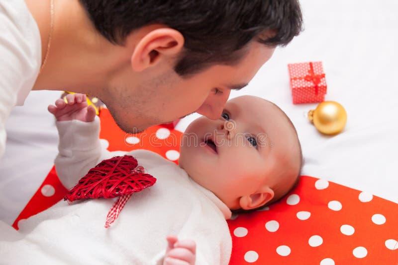 Fadern och behandla som ett barn lite arkivfoton