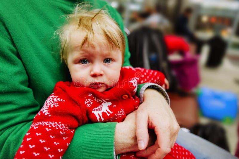 Fadern och behandla som ett barn lite dottern som väntar i flygplats arkivfoton
