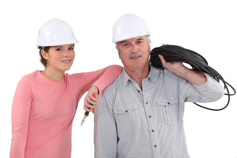 Fadern och dottern är elektriker royaltyfria foton