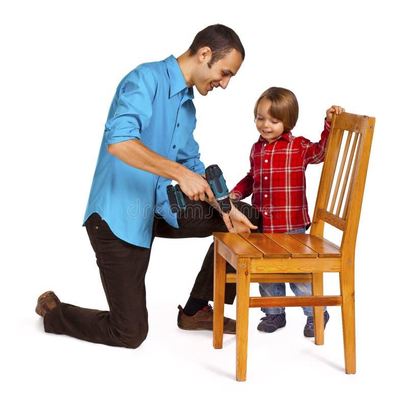 Fadern och sonen - gör det själv royaltyfri bild
