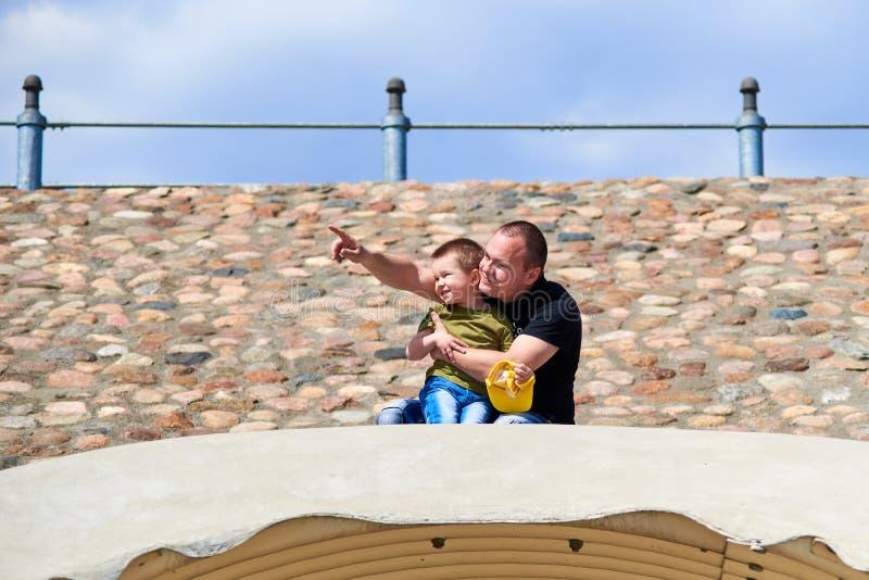 Fadern och sonen pekar fingret på himlen royaltyfri fotografi