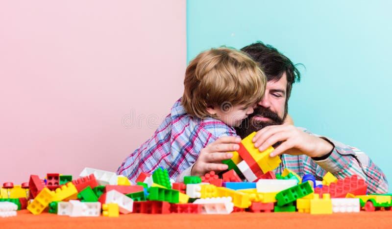 Fadern och sonen skapar konstruktioner Sk?ggig man- och sonlek tillsammans Surefire v?gar att f?rbinda med din son Fader Son arkivfoton