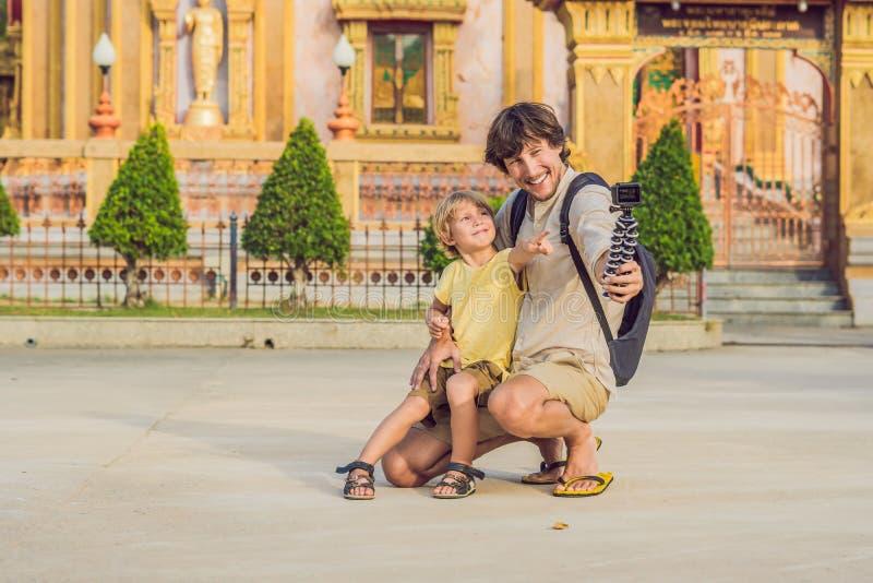 Fadern och sonen som turister ser Wat Chalong, är den viktigaste templet av Phuket royaltyfri bild