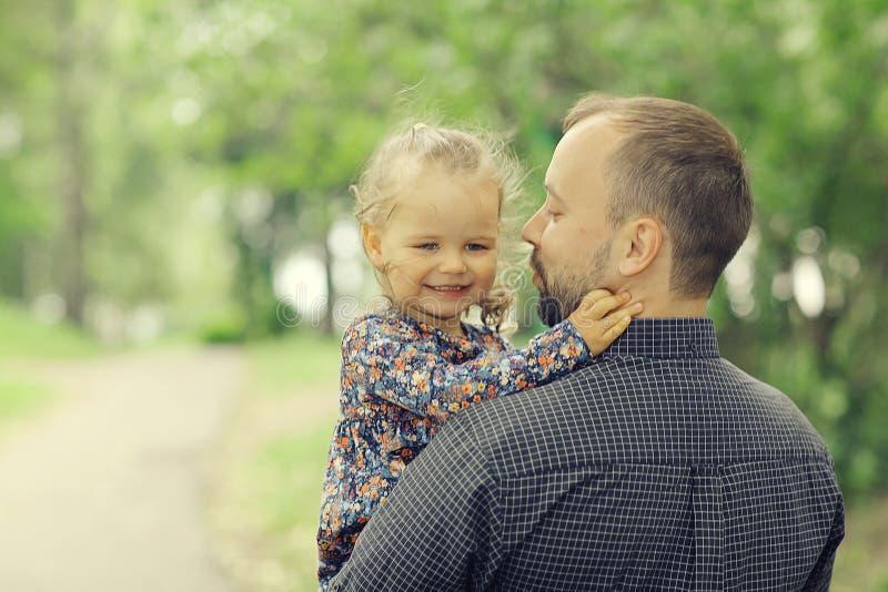 Fadern reser med dottern royaltyfria foton