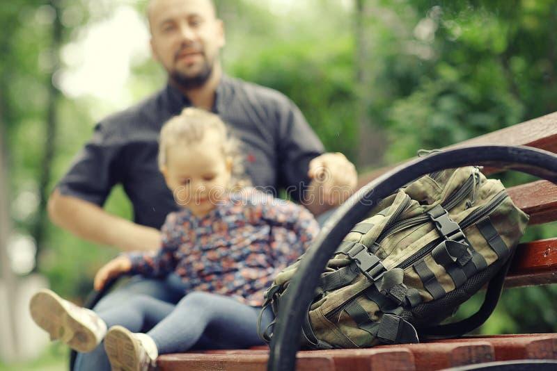 Fadern reser med dottern arkivbilder