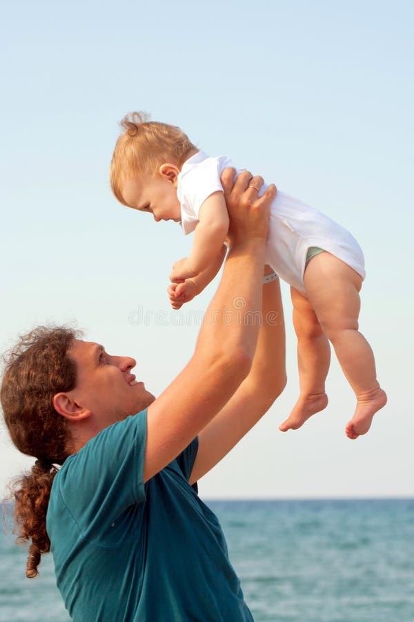Fadern som rymmer le, behandla som ett barn arkivbild