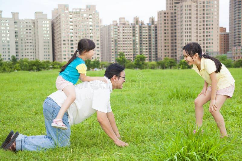 Fadern som spelar med döttrar i staden, parkerar arkivbild